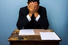 Ο επιχειρηματίας δεν μπορεί να αποφασίσει τι να κάνει στοκ εικόνες
