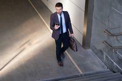 Ο επιχειρηματίας εξετάζει το κινητό τηλέφωνό του Στοκ φωτογραφίες με δικαίωμα ελεύθερης χρήσης