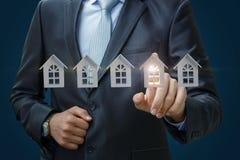 Ο επιχειρηματίας επιλέγει μια ιδιοκτησία Στοκ Φωτογραφίες