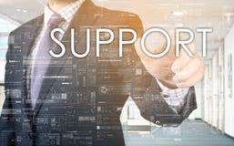 Ο επιχειρηματίας επιλέγει την υποστήριξη από την οθόνη αφής Στοκ φωτογραφίες με δικαίωμα ελεύθερης χρήσης