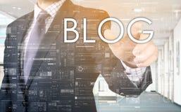 Ο επιχειρηματίας επιλέγει Blog από την οθόνη αφής Στοκ φωτογραφία με δικαίωμα ελεύθερης χρήσης