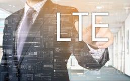 Ο επιχειρηματίας επιλέγει LTE από την οθόνη αφής Στοκ Φωτογραφίες