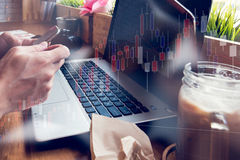 Ο επιχειρηματίας εργάζεται με τον υπολογιστή του στη καφετερία με το sto στοκ εικόνα με δικαίωμα ελεύθερης χρήσης