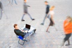 Ο επιχειρηματίας εργάζεται πάντα Στοκ Εικόνες