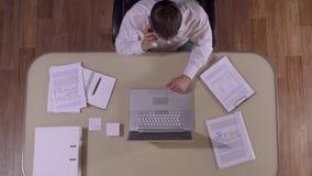 Ο επιχειρηματίας εργάζεται σκληρά στο γραφείο και τις στάσεις του για να απαντήσει στο τηλεφώνημα απόθεμα βίντεο