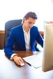 Ο επιχειρηματίας εργάζεται στο lap-top του στην αρχή Στοκ Εικόνες