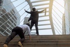 Ο επιχειρηματίας ευτυχής και αυξάνει το χέρι για την έννοια επιτυχίας, πίσω άποψη Στοκ φωτογραφία με δικαίωμα ελεύθερης χρήσης