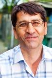 ο επιχειρηματίας ευτυχής ωριμάζει ένα υπαίθριο χαμόγελο Στοκ εικόνα με δικαίωμα ελεύθερης χρήσης