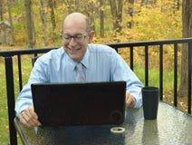 Ο επιχειρηματίας ελέγχει το χαρτοφυλάκιο αποθεμάτων του on-line στοκ φωτογραφίες