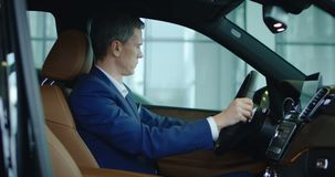 Ο επιχειρηματίας θέτει - επάνω καθμένος στο νέο αυτοκίνητο απόθεμα βίντεο
