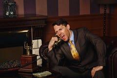 Ο επιχειρηματίας κάνει ένα σημαντικό τηλεφώνημα Στοκ εικόνα με δικαίωμα ελεύθερης χρήσης