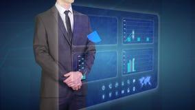 Ο επιχειρηματίας κάνει μια οικονομική ανάλυση στις οικονομικές γραφικές παραστάσεις εμπορικών συναλλαγών οθονών αφής ελεύθερη απεικόνιση δικαιώματος