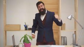 Ο επιχειρηματίας κάνει τη χειρονομία νικητών Πορτρέτο συγκινημένου τ απόθεμα βίντεο