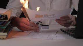 Ο επιχειρηματίας καίει το έγγραφο συμβάσεων εγγράφου Καταστροφή των τίτλων Διακοπή μιας συμφωνίας απόθεμα βίντεο