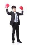 Ο επιχειρηματίας κερδίζει θέτει με τα εγκιβωτίζοντας γάντια Στοκ Εικόνες
