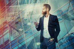 Ο επιχειρηματίας κοιτάζει μακριά για το μέλλον Έννοια της καινοτομίας και του ξεκινήματος Στοκ Εικόνες