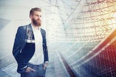 Ο επιχειρηματίας κοιτάζει μακριά για το μέλλον Έννοια της καινοτομίας και του ξεκινήματος Στοκ εικόνες με δικαίωμα ελεύθερης χρήσης