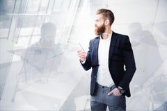 Ο επιχειρηματίας κοιτάζει μακριά για το μέλλον Έννοια της καινοτομίας και του ξεκινήματος Στοκ φωτογραφίες με δικαίωμα ελεύθερης χρήσης