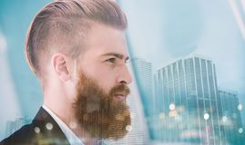 Ο επιχειρηματίας κοιτάζει μακριά για το μέλλον Έννοια της καινοτομίας και του ξεκινήματος διπλή έκθεση Στοκ Εικόνα