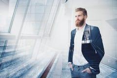 Ο επιχειρηματίας κοιτάζει μακριά για το μέλλον Έννοια της καινοτομίας και του ξεκινήματος διπλή έκθεση Στοκ εικόνες με δικαίωμα ελεύθερης χρήσης