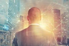Ο επιχειρηματίας κοιτάζει μακριά για το μέλλον με την επίδραση δικτύων Ίντερνετ Στοκ φωτογραφία με δικαίωμα ελεύθερης χρήσης
