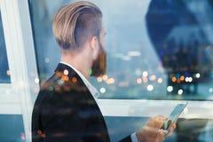Ο επιχειρηματίας κοιτάζει μακριά για το μέλλον στη νύχτα Έννοια της καινοτομίας και του ξεκινήματος Στοκ φωτογραφίες με δικαίωμα ελεύθερης χρήσης