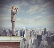 Ο επιχειρηματίας κοιτάζει πέρα Στοκ Φωτογραφίες