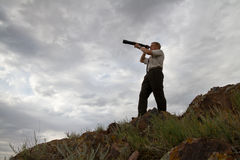 Ο επιχειρηματίας κοιτάζει σε ένα τηλεσκόπιο στοκ εικόνα με δικαίωμα ελεύθερης χρήσης
