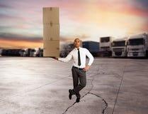Ο επιχειρηματίας κρατά έναν σωρό των συσκευασιών σε ένα χέρι παράδοση έννοιας γρήγορη στοκ φωτογραφία