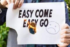 Ο επιχειρηματίας κρατά ένα καίγοντας έγγραφο Στοκ Εικόνα