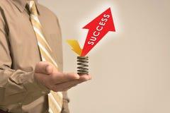 Ο επιχειρηματίας κρατά την επιτυχία σημαδιών Στοκ Εικόνες