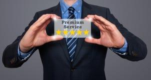 Ο επιχειρηματίας κρατά την υπηρεσία ασφαλίστρου πέντε αστεριών Στοκ φωτογραφία με δικαίωμα ελεύθερης χρήσης