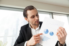 Ο επιχειρηματίας κρατά το έγγραφο με το infographics Στοκ φωτογραφίες με δικαίωμα ελεύθερης χρήσης