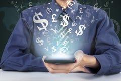 Ο επιχειρηματίας κρατά το κινητό τηλέφωνο για να καταστήσει τα χρήματα σε απευθείας σύνδεση Στοκ φωτογραφία με δικαίωμα ελεύθερης χρήσης