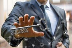 Ο επιχειρηματίας κρατά ότι δικοί του διανέμουν για να πάρουν το κλειδί της επιτυχίας Στοκ Εικόνες