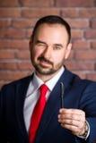 Ο επιχειρηματίας κλείνει το μάτι και προσφέρει να πάρει μια μάνδρα Στοκ φωτογραφία με δικαίωμα ελεύθερης χρήσης