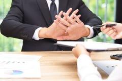 Ο επιχειρηματίας λέει το αριθ. ή τη λαβή επάνω όταν επιχειρηματίας που δίνει τη μάνδρα για Στοκ εικόνα με δικαίωμα ελεύθερης χρήσης