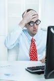 Ο επιχειρηματίας με έναν κόκκινο δεσμό και ένα μπλε πουκάμισο έχει κάνει ένα λάθος - Στοκ Εικόνα