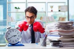 Ο επιχειρηματίας με τα εγκιβωτίζοντας γάντια στο γραφείο Στοκ εικόνες με δικαίωμα ελεύθερης χρήσης