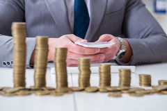 Ο επιχειρηματίας με τα χρυσά νομίσματα στην έννοια επιχειρησιακής αύξησης Στοκ φωτογραφία με δικαίωμα ελεύθερης χρήσης