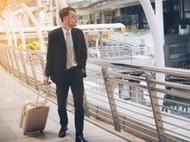 Ο επιχειρηματίας με την τσάντα ταξιδιού είναι στο επαγγελματικό ταξίδι στοκ φωτογραφίες με δικαίωμα ελεύθερης χρήσης