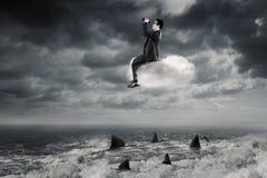 Ο επιχειρηματίας με τις διόπτρες κάθεται στο σύννεφο Στοκ Φωτογραφίες