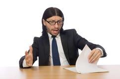 Ο επιχειρηματίας με το έγγραφο σχετικά με τον πίνακα που απομονώνεται στο λευκό Στοκ Εικόνες