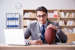 Ο επιχειρηματίας με το αμερικανικό ποδόσφαιρο στην αρχή Στοκ εικόνες με δικαίωμα ελεύθερης χρήσης