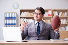 Ο επιχειρηματίας με το αμερικανικό ποδόσφαιρο στην αρχή Στοκ Εικόνες