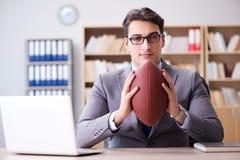 Ο επιχειρηματίας με το αμερικανικό ποδόσφαιρο στην αρχή Στοκ εικόνα με δικαίωμα ελεύθερης χρήσης
