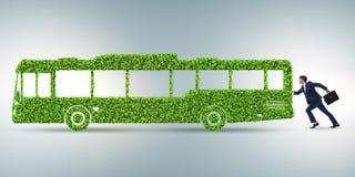 Ο επιχειρηματίας με το πράσινο οικολογικό όχημα απεικόνιση αποθεμάτων