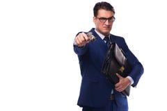 Ο επιχειρηματίας με το πυροβόλο όπλο που απομονώνεται στο λευκό Στοκ Φωτογραφία