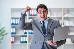 Ο επιχειρηματίας με το lap-top στο γραφείο Στοκ φωτογραφίες με δικαίωμα ελεύθερης χρήσης