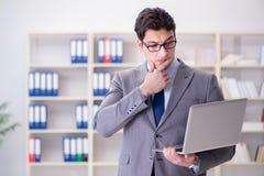 Ο επιχειρηματίας με το lap-top στο γραφείο Στοκ φωτογραφία με δικαίωμα ελεύθερης χρήσης